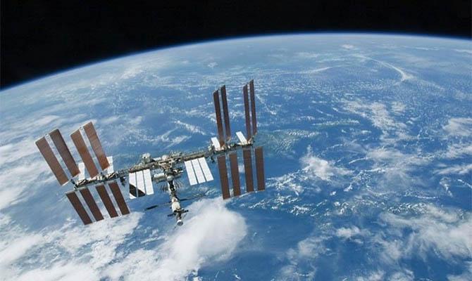 Экипаж заклеил трещины в корпусе российского модуля МКС