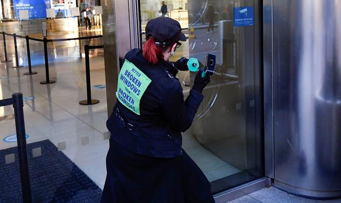 Экоактивисты в Лондоне разбили окна банка Barclays